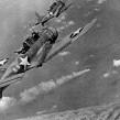 Amerykańskie bombowce nurkujące Dauntless podczas bitwy o Midway.